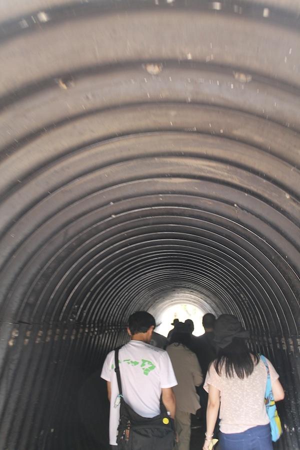 ハワイ・プランテーション・ビレッジ 〜 このトンネルの先に移民部落