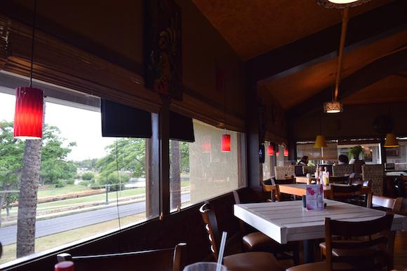 窓際のテーブルからはアラモアナ公園が一望のもと