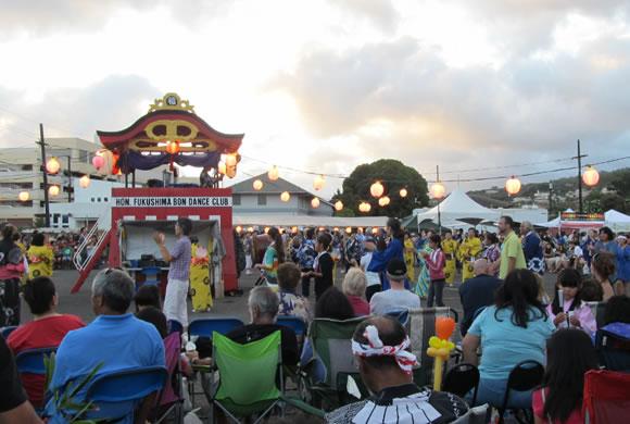 ハワイ大学近く、モイリイリの街のフェスティバル