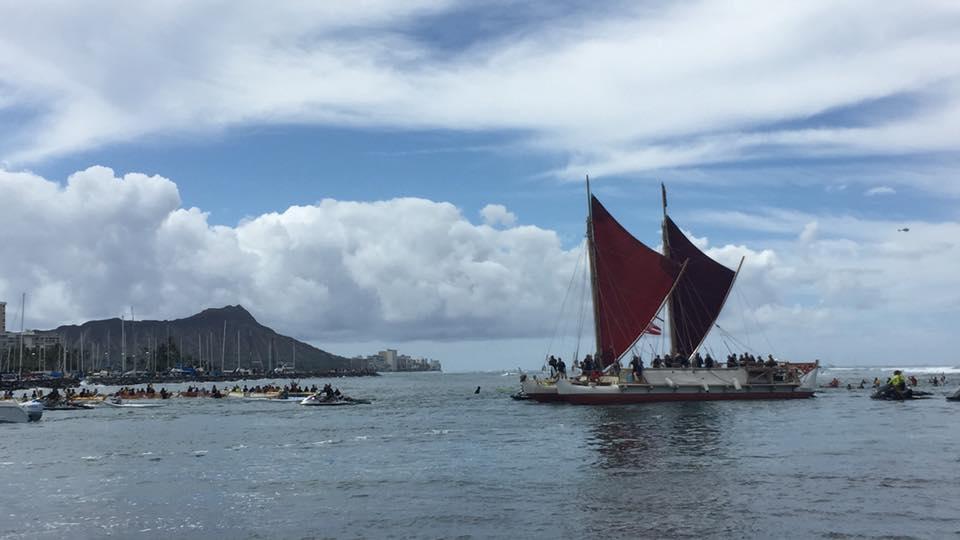 ハワイの伝統航海カヌー「ホクレア号」