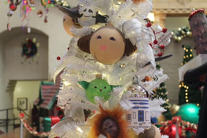 ホノルル・ハレに展示されているスターウォーズ・クリスマス・ツリー