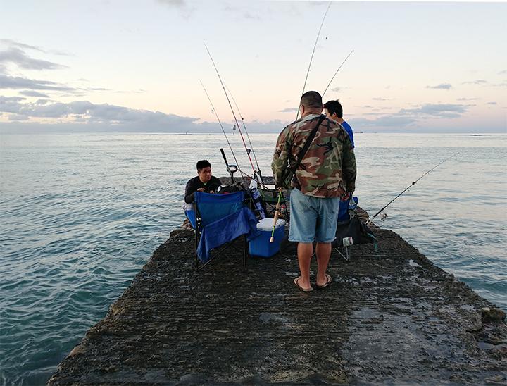 ワイキキビーチの釣り人