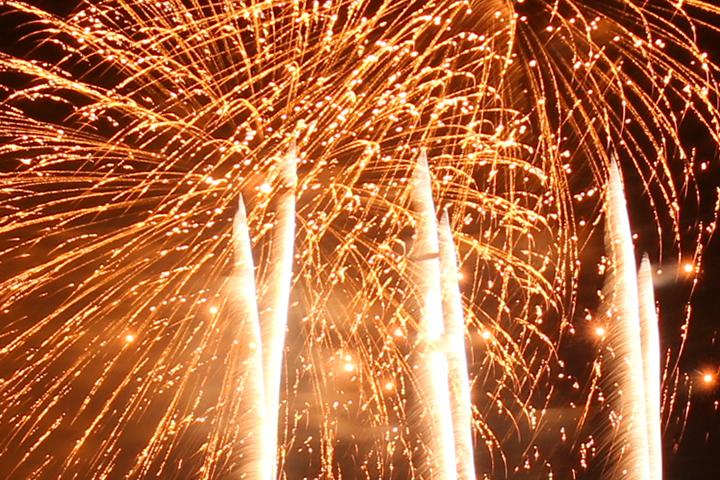 ハワイの大晦日の風物詩、違法花火で事故や火事も