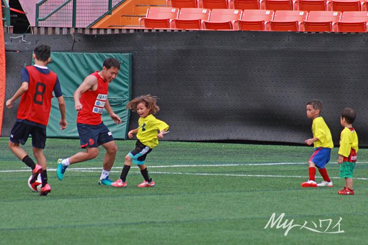 Tsubasa Hisanaga, Iwaki FC Soccer Player playing soccer with children