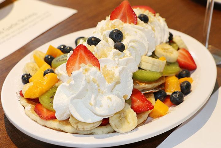 エッグンシングス、コオリナ店限定の「フレッシュフルーツ・レインボーパンケーキ」