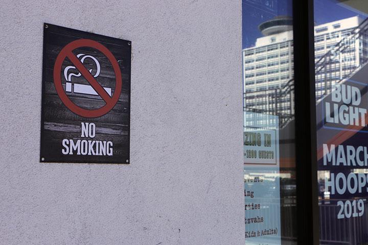 ゲームセンター 禁煙サイン