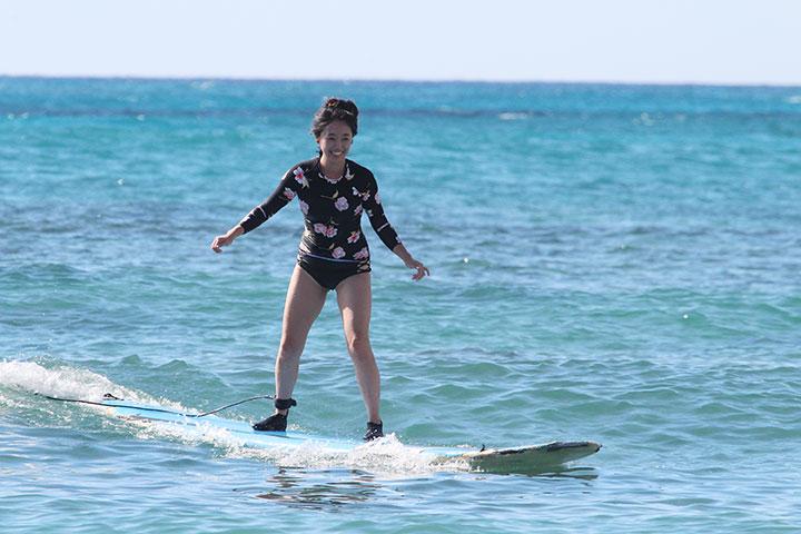 ワイキキビーチでサーフィン、ハワイ旅行
