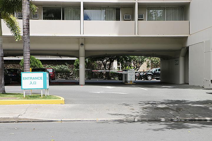 アンバサダー、駐車場
